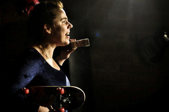 Fata cu caramida-n gura - Theo Herghelegiu