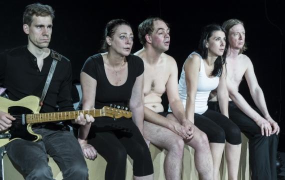 Orfanii si capsunile - cronica de teatru
