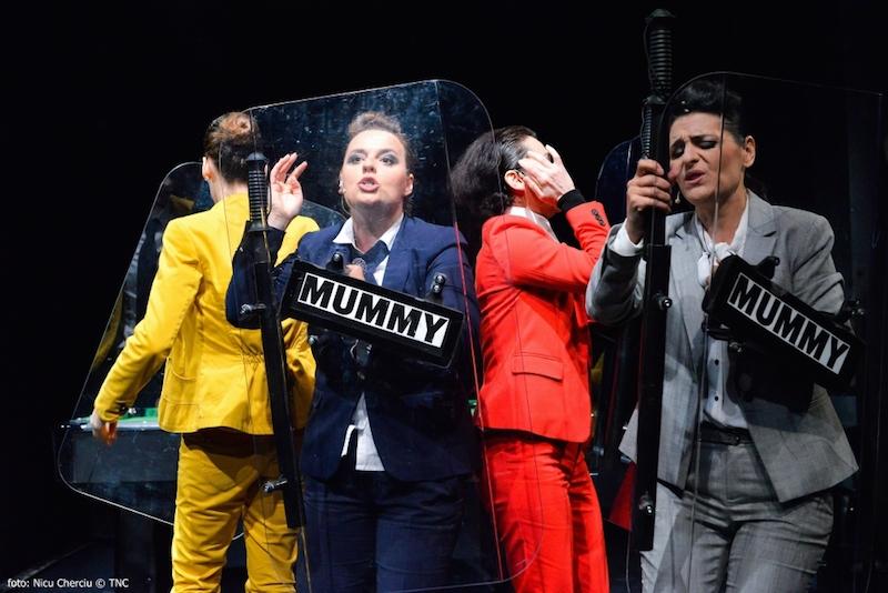 Elena Ivanca, Adriana Băilescu, Sânziana Tarţa, Irina Wintze in Moarte și reîncarnare într-un cowboy de Rodrigo Garcίa, sursa foto: Teatrul Național Cluj-Napoca