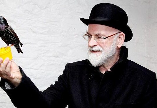 Terry Pratchett - Stranii surate - recenzie de carte, literatura